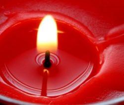 Красная восковая свеча для приворота